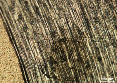 Obraz mikrostruktury z mikroskopu metalograficznego, po tarciu próbki stopu Ti-6Al-4V przez czas 4 godzin kulką Al2O3 w ruchu okrężnym
